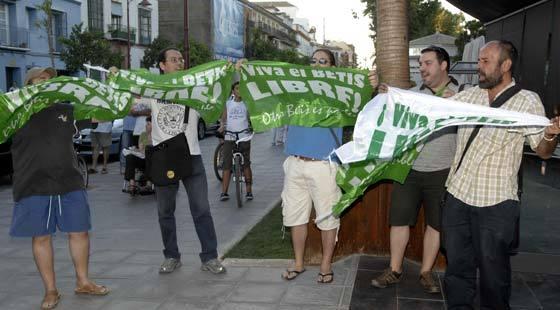 """Aficionados del Betis portan pancartas con el lema """"¡Viva el Betis libre!"""".  Foto: Manuel Gómez"""