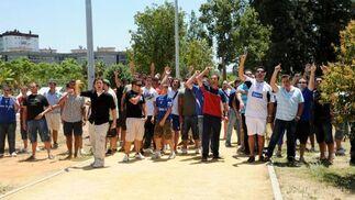 Aficionados radicales, gritando contra Morales frente a la secretaría.