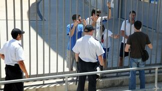 Agentes de la Policía, hablando con aficionados apostados frente a la ventana donde Morales daba la rueda de prensa.