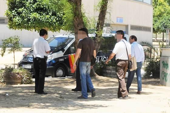 Joaquín Morales desalojó Chapín en un furgón de la Policía Nacional.