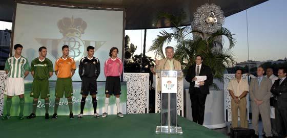 José León presenta las nuevas equipaciones deportivas para la próxima temporada.  Foto: Manuel Gómez