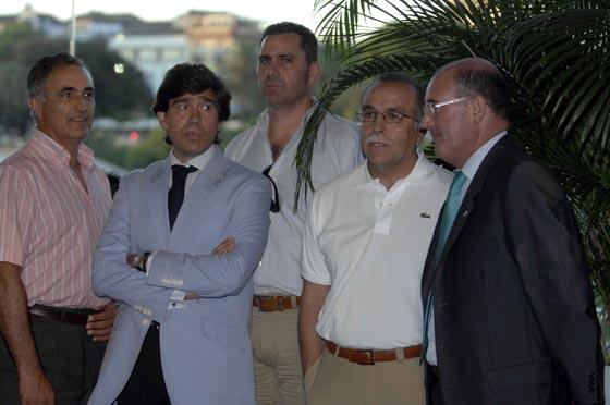 Momparlet -tercero por la izquierda-, director deportivo, y Antonio Tapia, entrenador del Real Betis -segundo por la derecha-.  Foto: Manuel Gómez