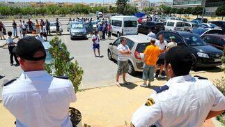 Policías vigilando fuera de la secrtaría a los aficionados congregados en el aparcamiento de Chapín.