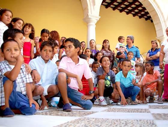 Los 41 niños de 'Vacaciones en paz' reunidos en el patio del ayuntamiento.  Foto: Manu Garc?