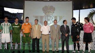 Varios modelos posan con las nuevas equipaciones. En el centro, José León, Antonio Tapia, Manuel Ruiz de Lopera y el director de Línea Sport, que comercializa RBB.  Foto: Manuel Gómez