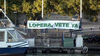 """Varios aficionados izan una pancarta en la que puede leerse """"Lopera, vete ya"""".  Foto: Manuel Gómez"""