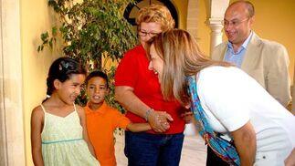 La alcaldesa Pilar Sánchez habla con una de las niñas.  Foto: Manu Garc?