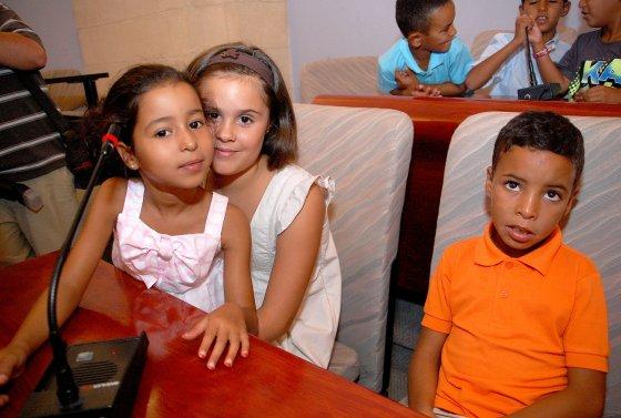 La alcaldesa cedió la palabra a los niños después del acto.  Foto: Manu Garc?