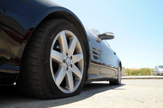El coche de Morales, con dos ruedas pinchadas.
