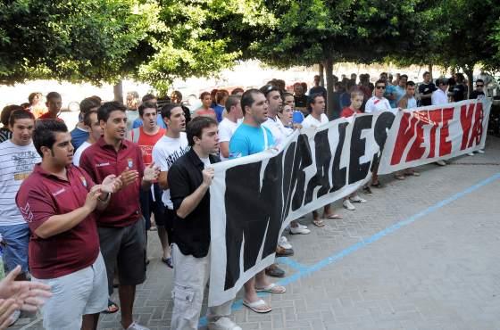 Así empezó la concenrtación frente al Hotel AC para pedir la marcha del empresario nazareno.