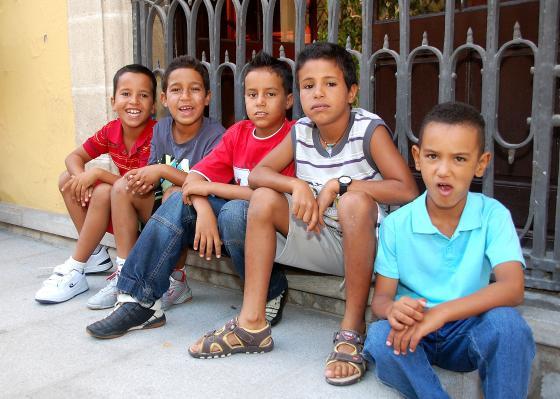 Un grupo de niños se sientan a esperar que empiece el pleno.  Foto: Manu Garc?