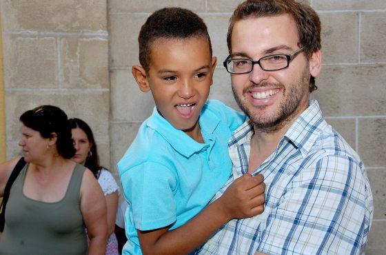 Un niño posa junto a su padre de acogida.  Foto: Manu Garc?