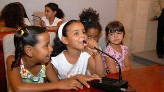 Una niña se enfrenta al micrófono ante el público congregado en la sala.  Foto: Manu Garc?