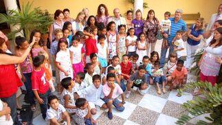 Los niños saharauis junto a sus padres de acogida.  Foto: Manu Garc?