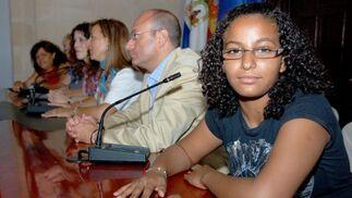 Una niña se sienta en la mesa durante el pleno.  Foto: Manu Garc?
