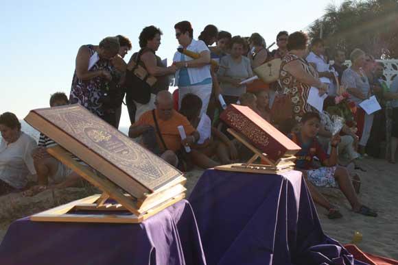 Comunidades de cristianos y musulmanes recuerdan con nueve velas a los últimos náufragos de Trafalgar  Foto: Manuel Aragon Pina