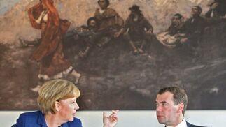 La canciller alemana, Angela Merkel conversa con el presidente ruso Dmitry Medvedev  durante el almuerzo.  Foto: EFE