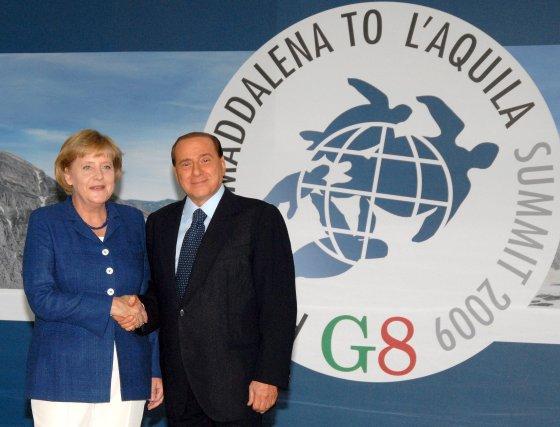 La canciller alemana Angela Merkel es recibida por el primer ministro italiano, Silvio Berlusconi.  Foto: EFE
