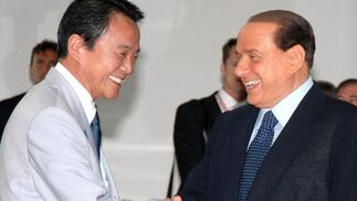 Berlusconi recibe al primer ministro japonés Taro Aso.  Foto: EFE