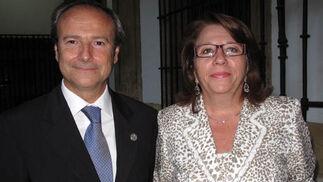 Javier Tudela, presidente del Colegio de Farmacéuticos de Málaga, y Sofía Fuentes del Río, presidenta de Cecofar.  Foto: Victoria Ramírez