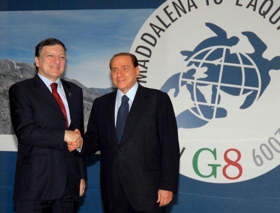 Saludo del presidente de la Comisión Europea, José Manuel Barroso y el primer ministro italiano, Silvio Berlusconi.  Foto: EFE