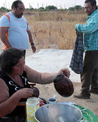 Una señora prepara la cena en el primer día der asentamiento en los terrenos de El Copero.  Foto: Juan Carlos  Vázquez/Juan Carlos Muñoz