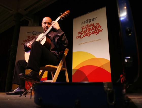 Fernando Espí actuó dentro del Festival de la Guitarra en el Teatro Cómico Principal de Córdoba.  Foto: Jose Martinez/Alvaro Carmona