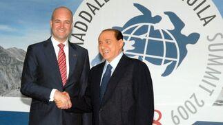 El primer minsitro sueco, Fredrik Reinfeldt posa para la prensa junto al primer ministro italiano, Silvio Berlusconi.  Foto: EFE