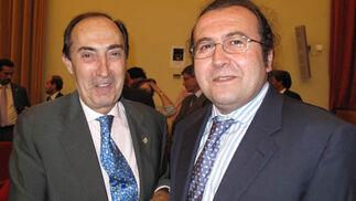 El presidente del Colegio de Médicos, Carlos Gonzalez-Villardel, felicita a Alfonso Pedrosa, periodista premiado de Diario de Sevilla.  Foto: Victoria Ramírez