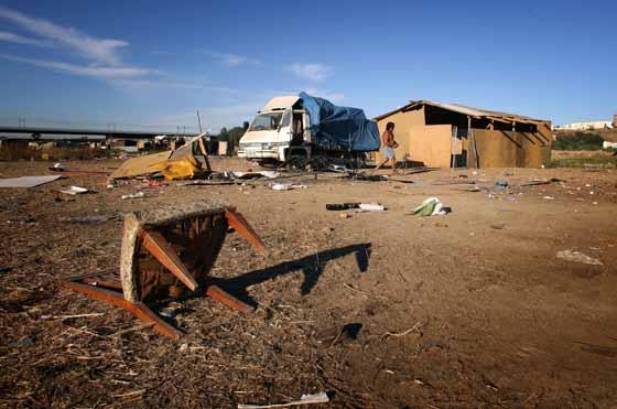 Imagen de una de las últimas chabolas en destruir (al fondo) del poblado chabolista de Tablada.  Foto: Juan Carlos  Vázquez/Juan Carlos Muñoz