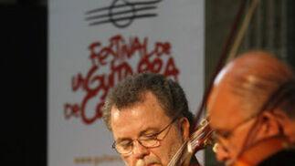 El guitarrista Manuel Barrueco durante su actuación en la Sala Orive.  Foto: Jose Martinez/Alvaro Carmona