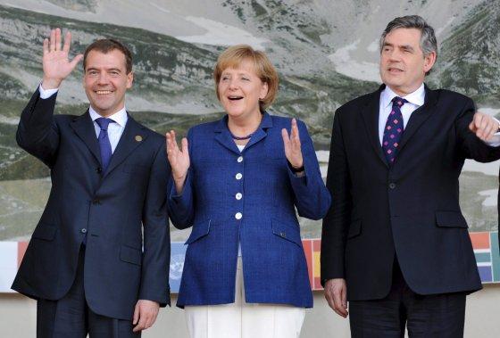 El presidente ruso Dmitry Medvédev, la canciller alemana Angela Merkel, y el primer ministro británico Gordon Brown, posan para la tradicional foto de familia en L'Aquila.  Foto: EFE