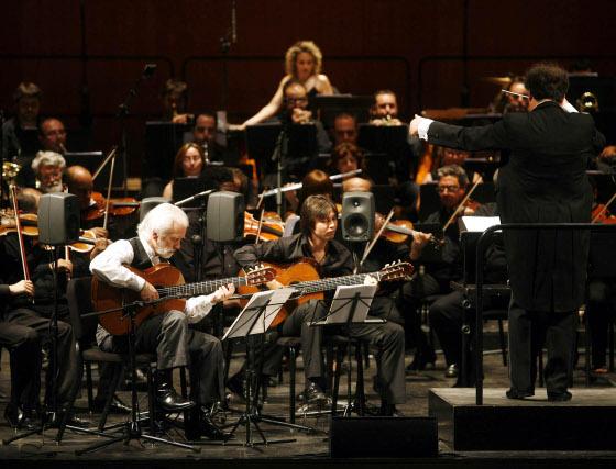 Manolo Sanlúcar durante su actuación en el Gran Teatro de Córdoba.  Foto: Jose Martinez/Alvaro Carmona