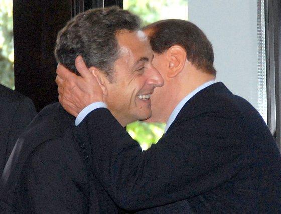 Sarkozy y Berlusconi se saludan antes del comienzo del almuerzo.  Foto: EFE