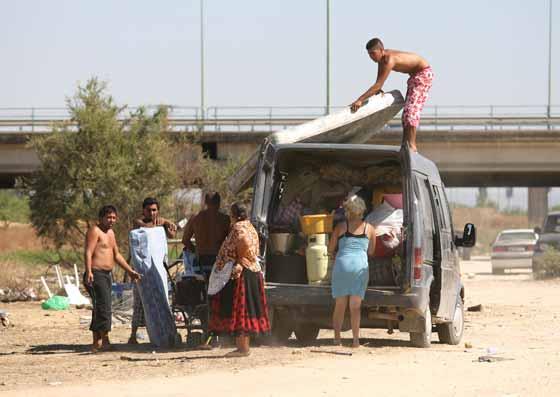 Una familia de recoge sus cosas para abnadonar por orden policial el asentamiento de Tablada.  Foto: Juan Carlos  Vázquez/Juan Carlos Muñoz