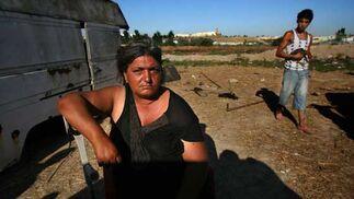 Una mujer recostada en una muleta con una piel bastante tostada por el insoportable sol que aguantan el el poblado de Tablada.  Foto: Juan Carlos  Vázquez/Juan Carlos Muñoz