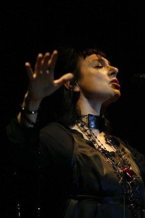La cantante portuguesa Mísia actuó en el Teatro de la Axerquía de Córdoba.  Foto: Jose Martinez/Alvaro Carmona
