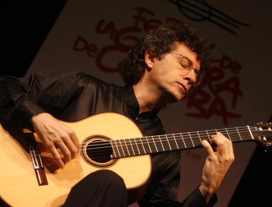 El guitarrista malagueño Marco Socías durante su actuación en el Teatro Cómico Principal.  Foto: Jose Martinez/Alvaro Carmona