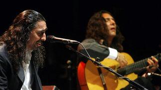 El Cigala acompañado a la guitarra por Tomatito en el Teatro de la Axerquía.  Foto: Jose Martinez/Alvaro Carmona