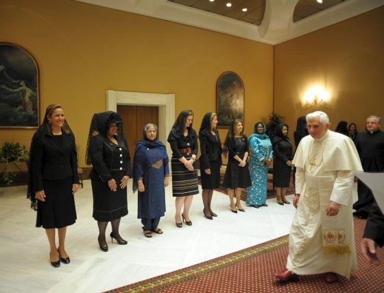Encuentro de Benedicto XVI con las esposas de los jefes de Estado y de gobierno de Sudamérica, México, Suecia, Italia, la Comisión Europea y el Fondo Internacional para el Desarrollo Agrícola.  Foto: EFE