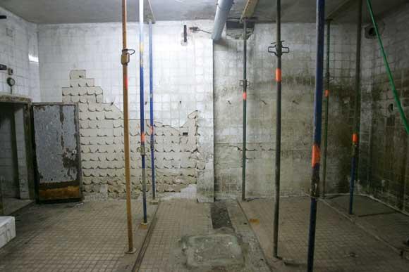 La galería de alimentación requiere una actuación urgente para el saneamiento de las instalaciones, mientras que el sótano se encuentra apuntalado desde hace un año  Foto: Jesús Marín
