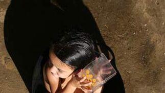 Una menor se asea en plan calle.  Foto: Juan Carlos  Vázquez/Juan Carlos Muñoz