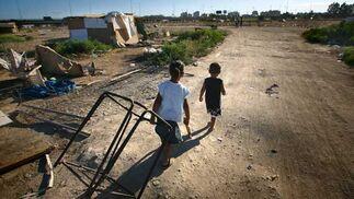 Dos menores cargan con algunos hierros el día del desalojo.  Foto: Juan Carlos  Vázquez/Juan Carlos Muñoz