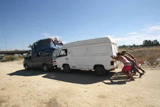Un grupo de jóvenes empuja uno de los vehículos utilizados para trasladar sus enseres.  Foto: Juan Carlos  Vázquez/Juan Carlos Muñoz