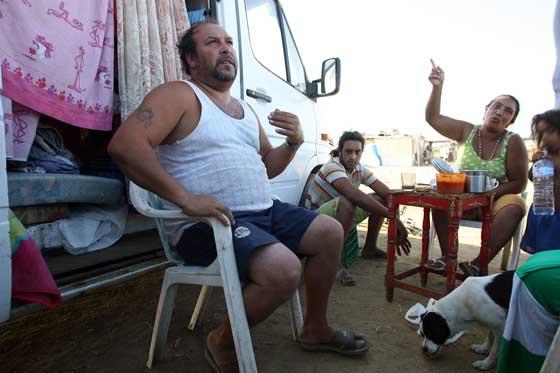 Una familia se respalda del sol a la sombra de su propia furgoneta.  Foto: Juan Carlos  Vázquez/Juan Carlos Muñoz