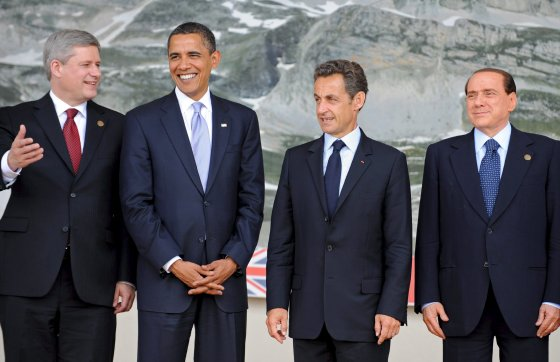 El primer ministro canadiense Stephen Harper, el presidente de los Estados Unidos, Barack Obama, su homólogo francés Nicolás Sarkozy, y el primer ministro italiano Silvio Berlusconi conversan durante el posado para la foto de familia.  Foto: EFE