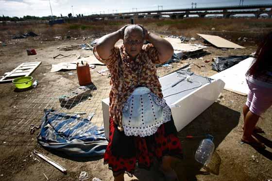 Una mujer se lleva las manos a la cabeza rodeada de toda clase de objetos.  Foto: Juan Carlos  Vázquez/Juan Carlos Muñoz