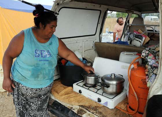 Una señora muestra una cocina dentro de un vehículo.  Foto: Juan Carlos  Vázquez/Juan Carlos Muñoz