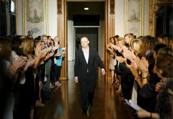 El diseñador Christian Lacroix sube a la pasarela al final de su desfile de Alta Costura  Foto: EFE