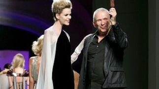 El diseñador francés Jean Paul Gaultier al finalizar la presentación de su colección invierno 2009-10.  Foto: EFE